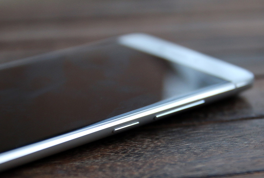 Обзор Xiaomi Mi 5s - кнопки регулировки громкости и включения