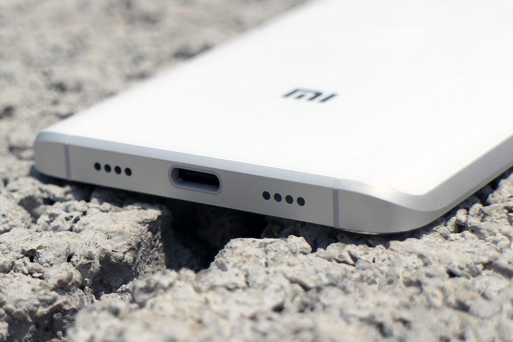 Обзор Xiaomi Mi5 - нижняя грань и логотип