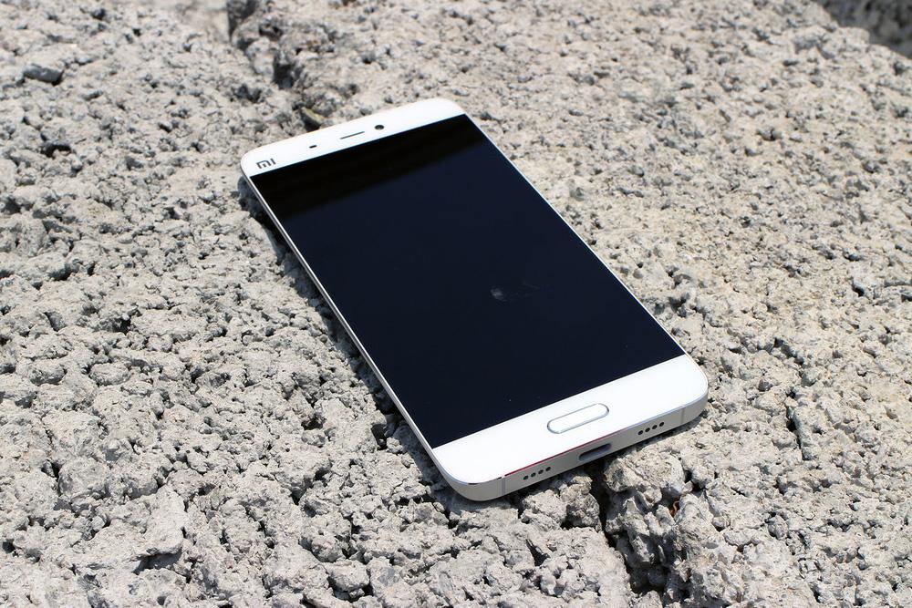 Обзор Xiaomi Mi5 - передняя сторона и нижняя грань