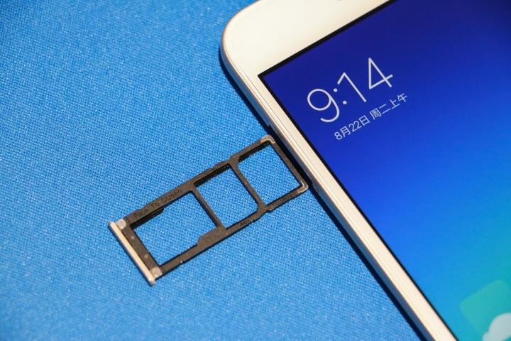 Сматрфон Xiaomi Redmi Note 5A Prime - слот для карты памяти и симок