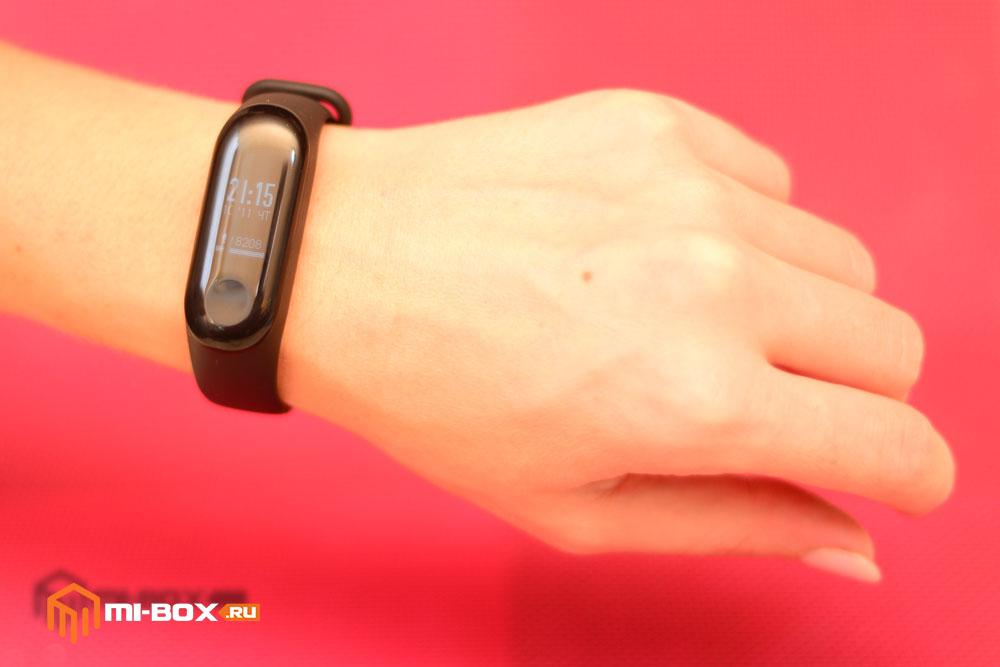 Как правильно носить Mi Band 3 - пример на левой руке