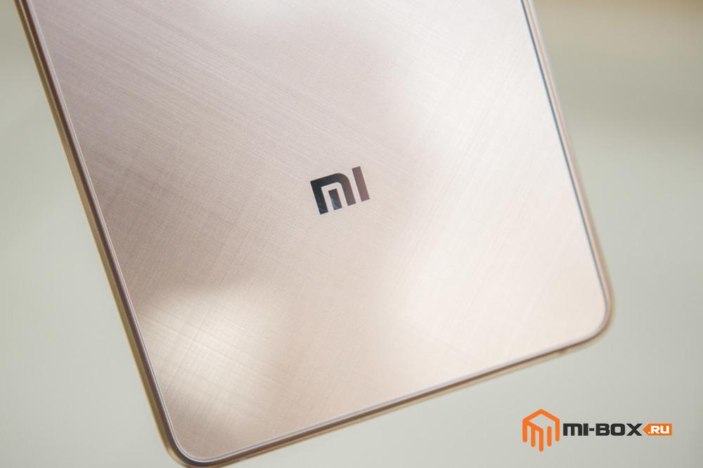 Обзор Xiaomi Mi 4S - логотип на задней панели