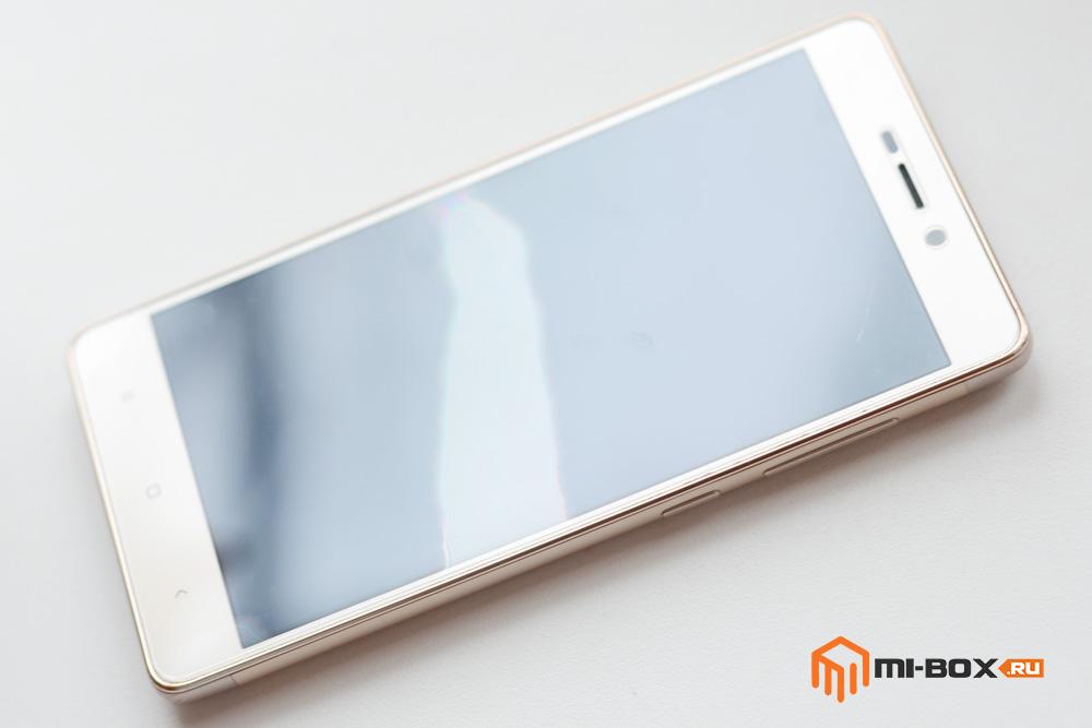 Поклейка закаленного стекла на смартфон