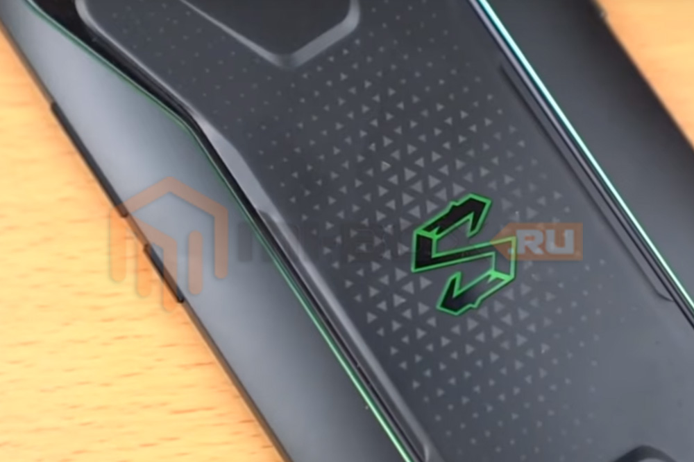 Смартфон Xiaomi Black Shark - логотип на задней стороне
