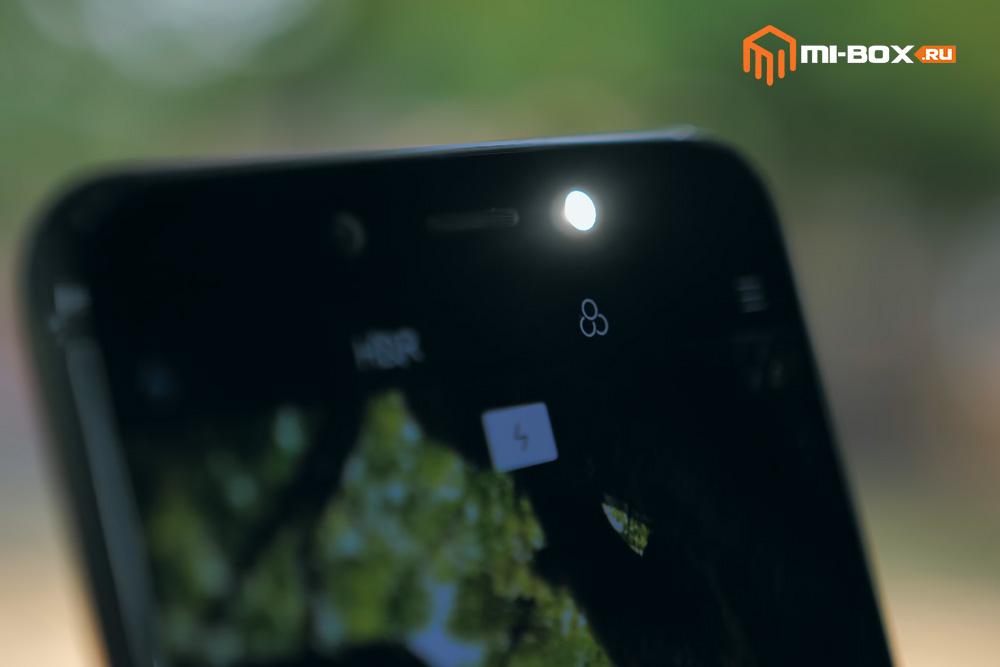 Обзор Xiaomi Mi A2 - вспышка фронтальной камеры